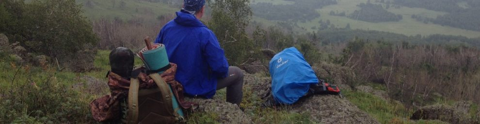 сидим на вершине под дождем и смотрим в даль